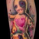 Tatuaje muñeco vudú a color. Abbyss Zaragoza